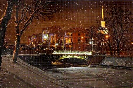 Анимация Город зимой, светятся огни в домах, в речке, через которую проложен мост, замерзла вода, падает снег. Михайловский замок в Петербурге