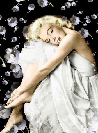 Анимация Мерилин Монро в белом платье на фоне разлетающихся цветов