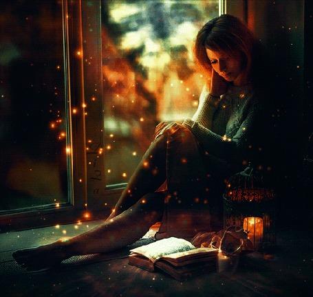 Анимация Девушка сидит на подоконнике окна перед столиком с открытой книгой и горящей свечой