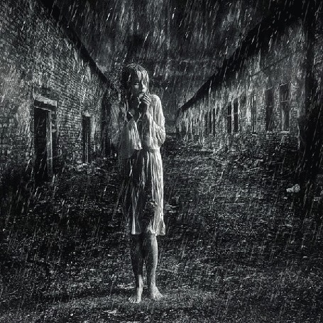 Анимация Девушка стоит среди домов под дождем, исходник by brownzworx