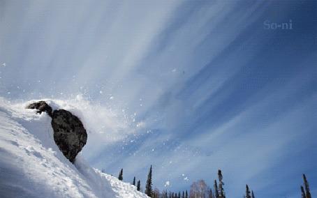 Анимация Зафиксированный момент фотоаппарата, прыгнувшего сноубордиста с трамплина высокой, снежной горы и парящего высоко в воздухе, by So-ni
