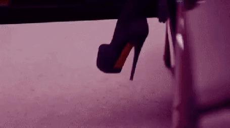 Анимация Гламурная, длинноногая блондинка в длинных ботфортах и коротеньком плаще, выходит из своей машины и идет к парню на мотоцикле, который ожидает ее на другой стороне дороги. Пожимает ему руку, чтобы проститься, и уезжает, (c)