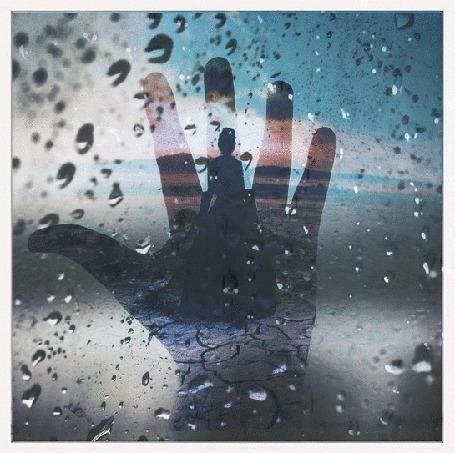 Анимация Девушка в длинном платье на ладошке за стеклом каплями дождя