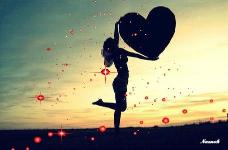 Анимация Силуэт девушки держит в руках сердечко