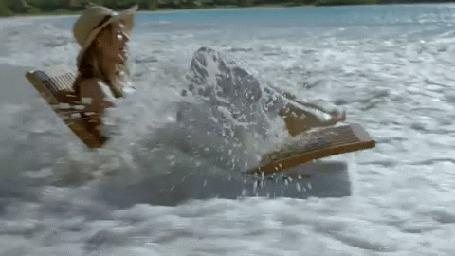 Анимация Девушка в шляпе плывет на воде