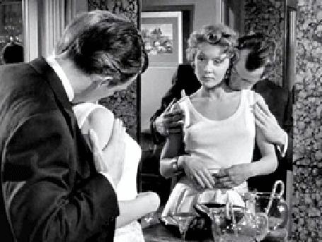 Анимация Актер Glenn Ford / Гленн Форд нежно обнимает Gloria Grahame / Глорию Грэм, стоящую перед зеркалом, кадр из фильма The Big Heat / Сильная жара, режиссер Fritz Lang, 1953