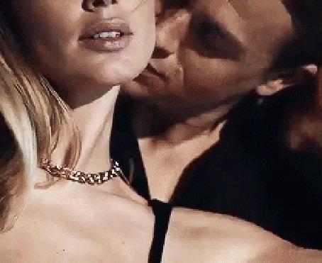 Анимация Парень нежно целует и обнимает красивую блондинку в черном, открытом, вечернем платье