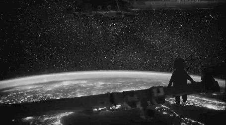 Анимация Ребенок летит на орбитальной станции над землей на фоне космического пространства