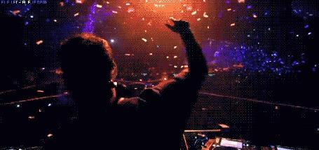 Анимация DJ / Ди джей на концерте поднимает руку в такт музыке