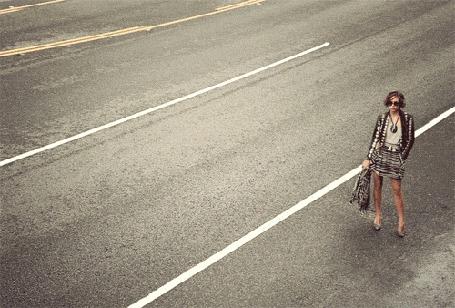 Анимация Девушка стоит на автомагистрали, мимо нее проезжает такси