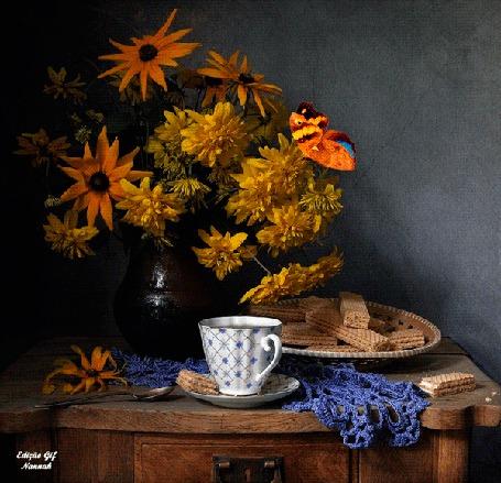 Анимация Бабочка порхает над желтыми цветами, стоящими в вазе, на деревянном столе стоит чашка на блюдце и тарелка с вафлями