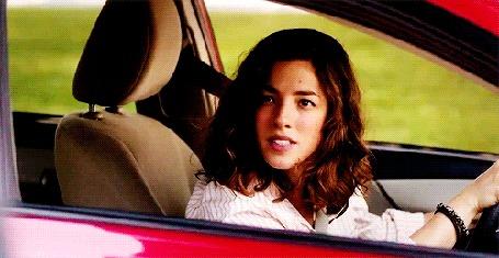 Анимация Девушка, сидя в авто, что-то говорит