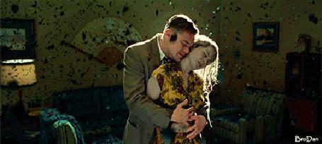Анимация Парень обнимает девушку, которая рассыпается у него пеплом в руках