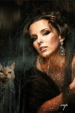 Анимация Красивая девушка в блестящих серьгах, с кошкой, за дождливым стеклом, автор snp
