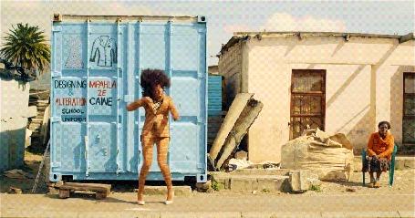 Анимация Девушка танцует на улице