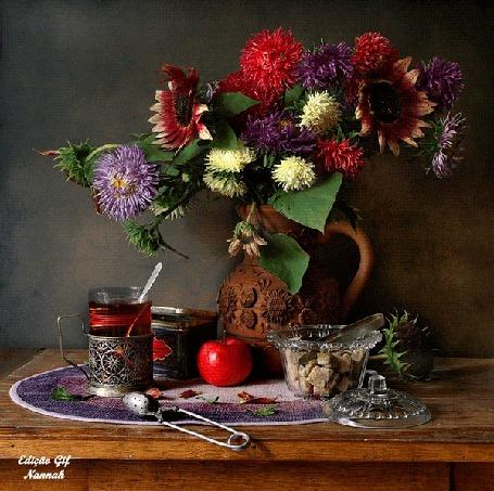 Анимация Натюрморт: цветы в вазе, стакан чая в подстаканнике, яблоко, посуда со сладостями стоят на столе, by Nannah