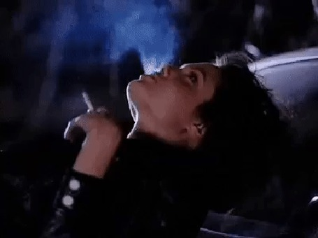 Анимация Анджелина Джоли / Angelina Jolie, прильнув к машине, курит и смотрит на ночное небо