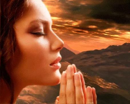 Анимация Девушка с закрытыми глазами сложила руки в мольбе, на фоне бесконечных скал, горных рек, водоемов и заходящего солнца