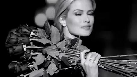 Анимация Светловолосая, красивая девушка держит большой букет роз, улыбается и уходит