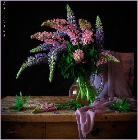 Анимация Цветы люпины в вазе на столе