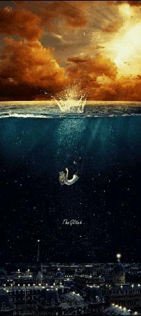 Анимация Девушка под водой над ночным городом