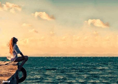 Анимация Девушка на причале сидит у моря, by Nannah