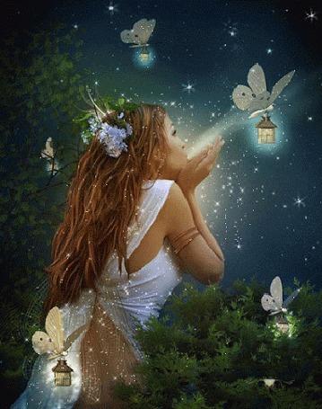 Анимация Лесная фея в окружении бабочек с фонариками в ночи сдувает с рук волшебную пыль