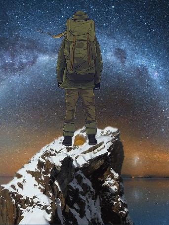 Альпинист стоит на вершине скалы и смотрит на Млечный путь