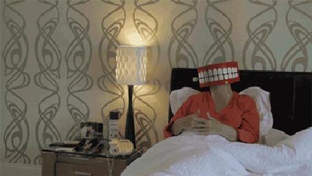 Анимация Женщина-челюсть жестикулирует в постеле
