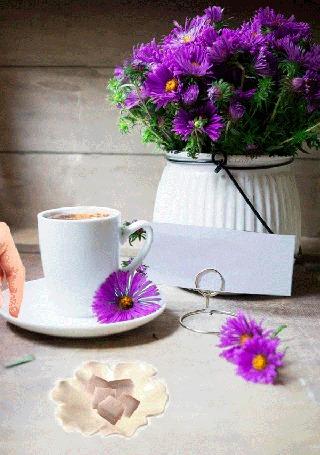 Анимация Рука девушки бросает сахар в чашку с горячим кофе, стоящую рядом с цветами в вазе (Good morning! / Доброе утро!)