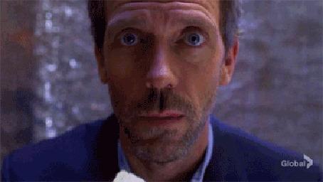 Анимация Хью Лори в роли доктора Хауса из сериала House, M. D. ест чипсы