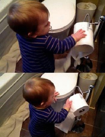 Анимация Малыш разматывает рулон туалетной бумаги