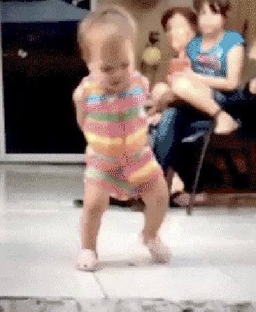 Анимация Ребенок исполняет перед родителями современный танец