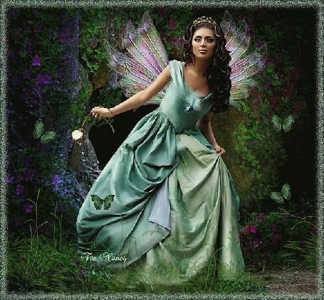 Анимация Девушка с крылышками за спиной держит в руке часы на цепочке