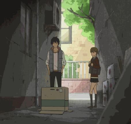 Анимация Хару Ёсида / Haru Yoshida внезапно быстро прячется в коробку, удивив этим Сидзуку Мидзутани / Shizuku Mizutani, кадры из аниме Чудовище за соседней партой / Tonari no Kaibutsu-kun