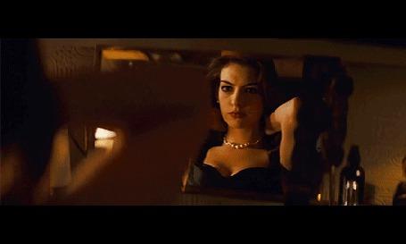 Анимация Актриса Энн Хэтэуэй / Anne Hathaway в роли женщины-кошки Селины Кайл / Selina Kyle / Catwoman надевает ожерелье перед зеркалом, кадры из фильма Темный Рыцарь: Возрождение Легенды / The Dark Knight Rises