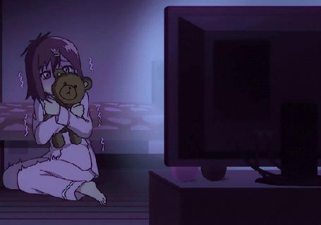 Анимация Танака / Tanaka из аниме Габриэль бросает школу / Gabriel DropOut испугалась чего-то в телевизоре, прижав к груди мишку