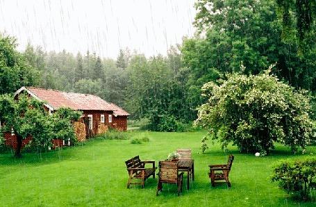 Анимация Стол и стулья на лужайке, недалеко от домика под дождем