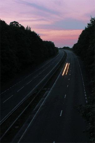 Анимация Вечер, машины мчатся по магистрали