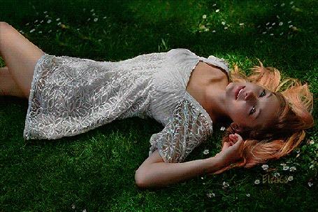Анимация Девушка лежит на земле под появляющимися ромашками