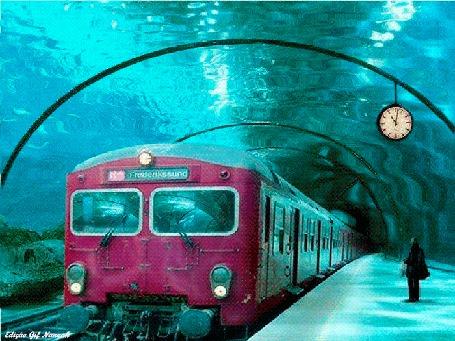 Анимация Мужчина стоит перед поездом в подводном метро