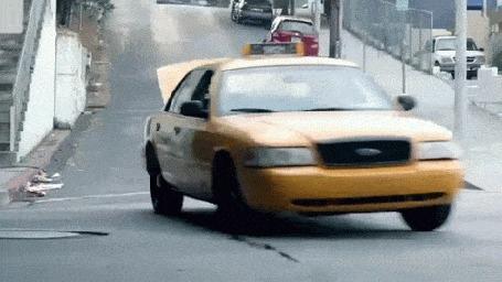 Анимация Девушка, отпустив руль, на ходу выпрыгивает из движущего авто и оно врезается в другую машину