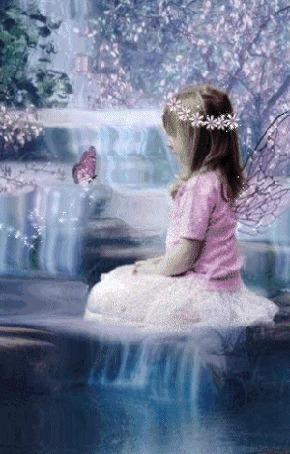 Анимация Девочка - мотылек с венком из цветов на волосах сидит в воде у водопада и смотрит на бабочку