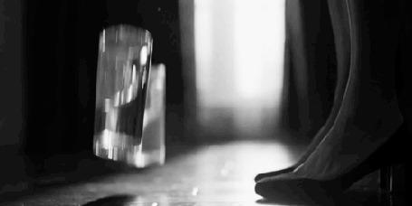 Анимация У ног девушки разбивается стакан с водой