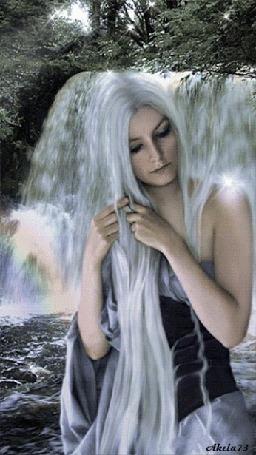 Анимация Девушка с длинными белокурыми волосами сидит на фоне лесного водопада и ее красивые волосы как бы струятся, перемешиваясь с пенными струями воды, падающей вниз (Akela 73)