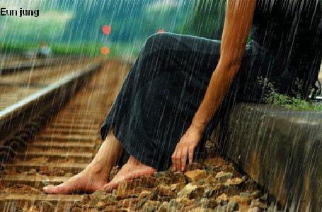 Анимация Девушка сидит на рельсах под дождем (Eun jung)