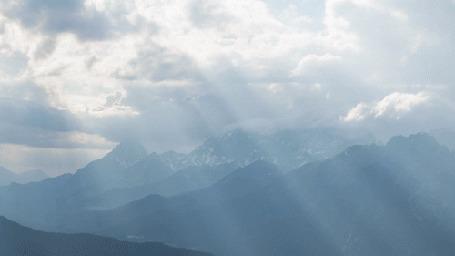 Анимация Облачное небо освещает горы