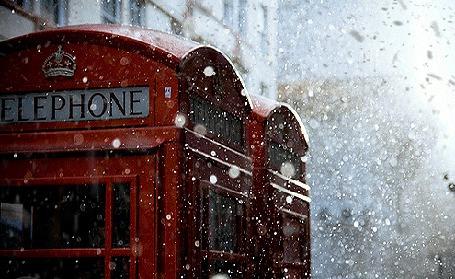 Анимация На телефонные будки летит снег