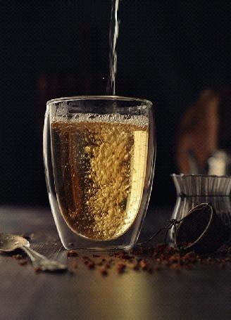 Анимация В стакан наливают напиток
