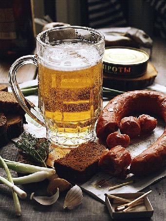 Анимация Кружка пива, рядом банка шпрот, копченная колбаса, зеленый лук и ржаной хлеб